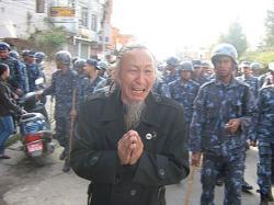 Ost Nachrichten & Osten News | Foto: Ein älterer Tibeter fleht die nepalesische Polizei an, seine Landsleute zu verschonen.