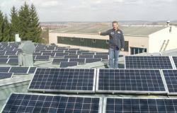 Alternative & Erneuerbare Energien News: Foto: Olaf Wörtz, Geschäftsführer der Maler Wörtz GmbH präsentiert stolz sein Solarkraftwerk.