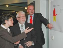 Alternative & Erneuerbare Energien News: Foto: Umweltministerin Tanja Gönner im Gespräch mit GWS-Vorstand Bernd Lörz (Mitte) und Dr. Werner Jürgen Waiblinger, geschäftsführender Vorstand der Bildungseinrichtung GARP, während der Veranstaltung >> Trendcenter Klima und Energie << am 20. April in Ploc.
