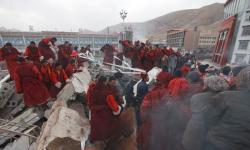 Ost Nachrichten & Osten News | Foto: Tibetische Mönche suchen nach Überlebenden des Erdbebens.