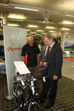 Alternative & Erneuerbare Energien News: Foto: Dr. Wolfgang Schuster inspiziert ein Stromrad.