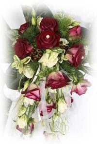 Einkauf-Shopping.de - Shopping Infos & Shopping Tipps | Foto: Rosenkugeln schmücken das Dach des betroffenen Hochzeitsautos. Außer Rosen, Lilien und dem Grün sind Narzissen und Maiglöckchen sehr beliebt für einen Autoschmuck.