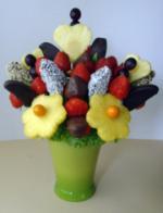 Neue Produkte @ Produkt-Neuheiten.Info | Foto: Eine Komposition von Schokofrüchten mit Haselnusskerne und Kokosraspeln, ergänzt mit Ananasherzen und -blüten und Weintrauben.