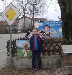 Landwirtschaft News & Agrarwirtschaft News @ Agrar-Center.de | Foto: Milch aus Bayern macht auch den kleinen Georg stark. Das Plakat der Landesvereinigung der Bayerischen Milchwirtschaft findet er einfach cool.