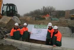 Landwirtschaft News & Agrarwirtschaft News @ Agrar-Center.de | Foto: Immergrün-Geschäftsführer Klaus Hölcke (rechts) mit seinem Team auf der Baustelle in Cornwall.