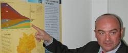 Alternative & Erneuerbare Energien News: Fred Kehler, GF der B5 Solar by Havelland- Wind GmbH, erläutert an einer Schautafel die Entwicklung der Solarstomnutzung in Deutschland. Foto: wodtke media