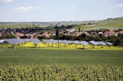 Alternative & Erneuerbare Energien News: Foto: Der Solarpark Sprendlingen - größte Freiflächenanlage mit nachgeführten Photovoltaikmodulen in Rheinland-Pfalz.