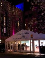Ost Nachrichten & Osten News | Foto: Direkt vor dem rechten Gebäudeflügel des FriedrichstadtPalastes wurde das Losberger Kassenzelt aufgebaut.