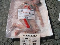 Landwirtschaft News & Agrarwirtschaft News @ Agrar-Center.de | Foto: Fast nackt, in lebensgroßen Fleischschalen unter Cellophan verpackt, zeigten PETA-Aktivisten gestern Vormittag in der Reutlinger Fußgängerzone, wie im Supermarkt verkauftes Menschenfleisch aussehen könnte.