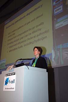Alternative & Erneuerbare Energien News: Foto: US-Brennstoffzellen-Expertin Catherine Dunwoody, Geschäftsführerin der California Fuel Cell Partnership, ist nur eine der insgesamt 22 internationalen Referenten während des Brennstoffzellen-Symposiums >> f-cell <<. Foto: Peter Sauber Agentur.