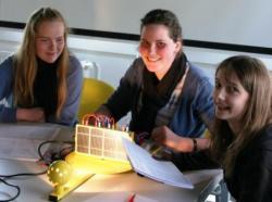Alternative & Erneuerbare Energien News: Foto: Spannende Einblicke in die Welt der Erneuerbaren Energien bot IKS Photovoltaik beim Girls Day 2010.