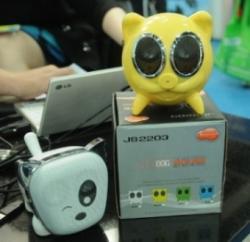 Ost Nachrichten & Osten News | Foto: Der >> Voice Command << Lautsprecher von Jingsen Toys & Factory Co. Ltd. funktioniert über Sprachsteuerung und ist in beliebig vielen Farben verfügbar. Foto: HKTDC.