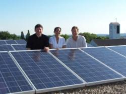 Alternative & Erneuerbare Energien News: Foto: Sonne tanken & Gutes tun: v.l.n.r. Franz Loth, Caritasdirektor Osnabrück; Julia Lütkemeyer Projektleiterin Caritas, Frank Hemme, Geschäftsführer Sunos GmbH & Co. KG.