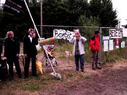 Landwirtschaft News & Agrarwirtschaft News @ Agrar-Center.de | Foto: Jung und Alt protestieren gemeinsam gegen den Bau des Tierversuchslabor am Bünteweg in Hannover.