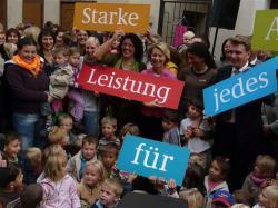 SeniorInnen News & Infos @ Senioren-Page.de | Foto: Familienministerin Ursula von der Leyen in Veringenstadt: gemeinsam mit den Akteuren aller Generationen, die sich im Mehrgenerationenhaus engagieren.