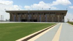 Ost Nachrichten & Osten News | Foto: Weltbekannt, aber wenig spektakulär: die im Jahr 1966 von den israelischen Abgeordneten erstmals bezogene Knesset. Der quadratische Säulenbau besteht überwiegend aus Beton und rötlichem Jerusalemer Stein.