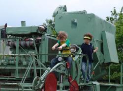 Landwirtschaft News & Agrarwirtschaft News @ Agrar-Center.de | Foto: Kleine Technikbegeisterte auf der letzten Technikschau der KFL GmbH Löwenberg.