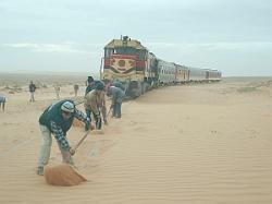 Ost Nachrichten & Osten News | Foto: Der Oriental-Express - von einer amerikanischen Diesellok gezogen, durchstreift er die Wüstenlandschaft entlang der algerischen Grenze - vorbei an Nomadenzelten, Datteloasen und malerischen Wüstenstädten.