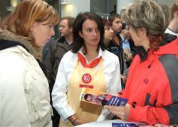 Ost Nachrichten & Osten News | Foto: Azubis der KONSUM DRESDEN eG beraten beim IHK-Bildungstag zu Karrieremöglichkeiten in der Genossenschaft.