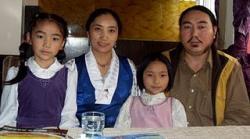 Asien News & Asien Infos & Asien Tipps @ Asien-123.de | Foto: Karma Samdrup mit seiner Familie.