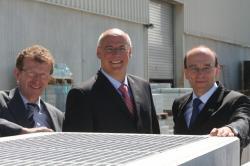 Alternative & Erneuerbare Energien News: Foto: Martin Lienhard (Leiter Produktentwicklung), Markus Grimm (Sprecher der Geschäftsführung) und Markus Böll (Vertriebs- und Marketingleiter) (v.l.n.r.) (Mall GmbH).