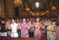Ost Nachrichten & Osten News | Ost Nachrichten / Osten News - Foto: Katholische Nantang-Kathedrale in Peking - Gläubige beten das Vaterunser.