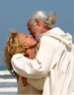 SeniorInnen News & Infos @ Senioren-Page.de | Foto: Der Bericht klärt auf, wie der Körper sich verändert, wie die Erotik auch im hohen Alter ein fester Bestandteil werden kann und welche Mittel helfen ein erfülltes Sexualleben zu haben, selbst wenn Falten und graue Haare schon längst zum normalen Bild gehörten.