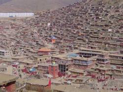Ost Nachrichten & Osten News | Foto: Bild: Das buddhistische Insitut Larung Gar vor seiner Zerstörung 2001.