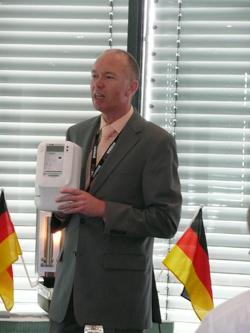 Alternative & Erneuerbare Energien News: Foto: Ingo Tiede (Bereichsleiter Zählermanagement, EVB Energie AG) stellt den neuen Smart Meter vor.