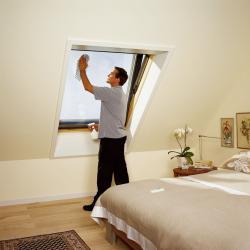 Fertighaus, Plusenergiehaus @ Hausbau-Seite.de | Hausbau & Einfamilienhaus - Foto: Die Außenscheibe ist schnell und einfach zu reinigen: VELUX Dachfenster um seine Achse drehen, feststellen und putzen. Foto: VELUX Deutschland GmbH.