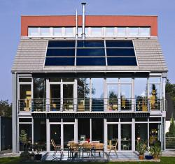 Alternative & Erneuerbare Energien News: Foto: Solardächer bleiben vorerst eine lohnende Investition, auch wenn die Fördersätze gerade gesenkt wurden. Foto: Schüco.