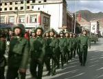 Ost Nachrichten & Osten News | Foto: Sicherheitskräfte marschieren durch Lhasa.