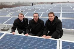 Alternative & Erneuerbare Energien News: Alternative Regenerative Erneuerbare Energien - Foto: Wirtschaftssenator Harald Wolf (m.), links Staatssekretär Thomas Härtel, rechts Michael Geißler, Geschäftsführer der BEA, die die Photovoltaikanlage errichtet und betreibt.