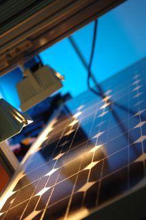 Alternative & Erneuerbare Energien News: Alternative Regenerative Erneuerbare Energien - Foto: Der Hot-Spot-Test prüft das Verhalten bei intensiver Wärme.