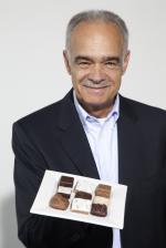 Neue Produkte @ Produkt-Neuheiten.Info | Foto: Gregor Rosenbauer präsentiert stolz den ersten quadratischen Zimtstern in seinem Weihnachtsgebäck von feinundfein.