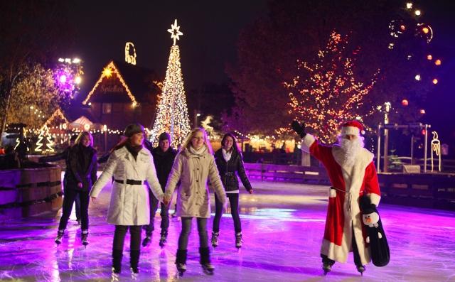 Ostern-247.de - Infos & Tipps rund um Geschenke | Blick auf die festlich beleuchtete Eislaufbahn auf Meyers Hof
