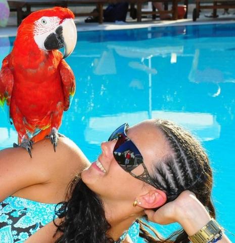 Brasilien-News.Net - Brasilien Infos & Brasilien Tipps | Italienerin mit Sonnenbrille am Pool