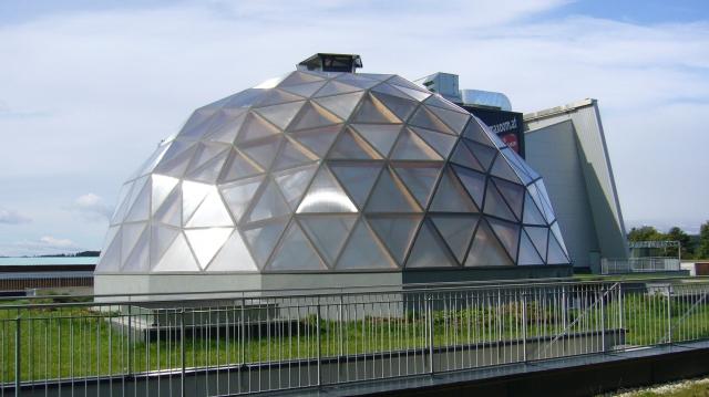 Alternative & Erneuerbare Energien News: Eine Stegplattenverglasung über der kugelförmigen Holzkonstruktion zieht die Blicke der Besucher auf sich.