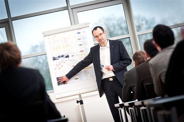 Polen-News-247.de - Polen Infos & Polen Tipps | Dipl.-Ing. Gregor Mengeringhausen, Leiter Kanalsanierung bei LINDSCHULTE, referiert auf MC-Forum Sanierungsdialog 2012