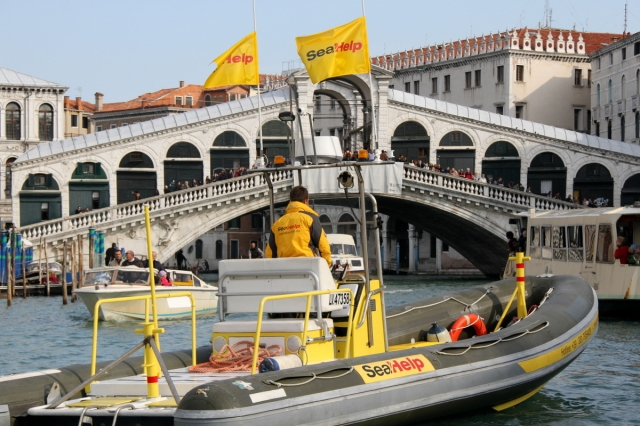 Technik-247.de - Technik Infos & Technik Tipps | Das SeaHelp-Einsatzboot vor der Rialto-Brücke in Venedig