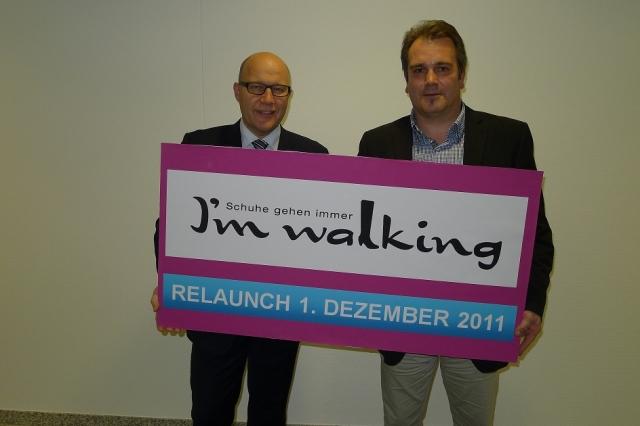 """Marc Opelt, der Vorsitzende der Geschäftsführung der Baur-Gruppe (links), und Mark Hansen, der Leiter der Marke I'm walking (rechts), sind stolz auf den neuen Auftritt von I'm walking. Sie meinen: """"Schuhe gehen immer!"""""""
