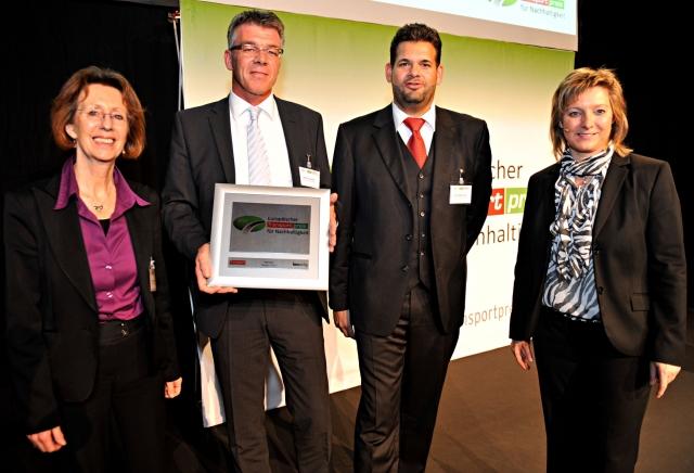 Sport-News-123.de | Heiko Janssen (Transics) erhält Europäischen Transportpreis für Nachhaltigkeit 2012 von Jury-Mitglied Sylvia Hladky, Deutsches Museum (links), Verleger Christoph Huss und Verlagsleiterin Dr. Petra Seebauer (rechts). Foto: huss-Verlag