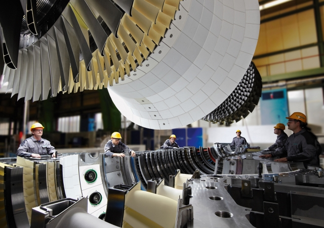 Japan-247.de - Japan Infos & Japan Tipps | Einlegen eines Turbinenläufers der Siemens Gasturbine SGT5-4000F.