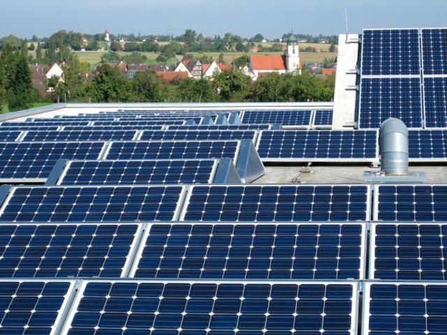 Elektroauto Infos & News @ ElektroMobil-Infos.de. Photovoltaikanlage der Theben AG auf dem Dach des Produktionsgebäudes in Haigerloch