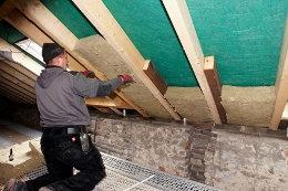 Egal, ob Dämmung von Dach, Fassade, Kellerdecke oder oberster Geschossdecke – Hausbesitzer sparen mit einer Mineralwolle-Dämmung nicht nur Energiekosten, sondern die Wertsteigerung des Hauses wirkt auch einer möglichen Inflation entgegen