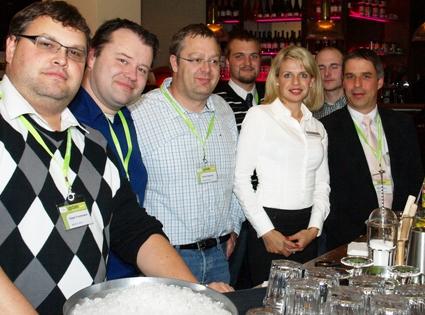 Zeigten Talent beim Cocktail mixen (von links): R. Frommann (IWETEC GmbH), R. Wolf, D. Seuring (beide Technolit GmbH), S. Glotzbach (Konrad-Zuse-Schule), N. Frohnapfel (your admins), D. Jäger, U. König (beide Konrad-Zuse-Schule).