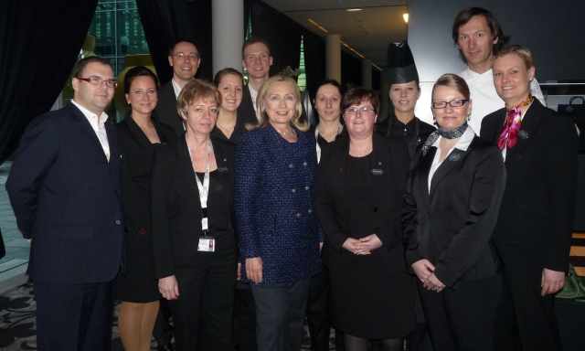 Auto News | Hillary Clinton (mitte) im Kameha Grand Bonn
