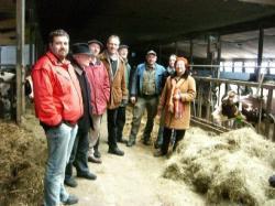 Landwirtschaft News & Agrarwirtschaft News @ Agrar-Center.de | Foto: Der ödp Gemeindeverband Gerstetten informierte sich vor Ort über das Kühesterben in Erpfenhausen.