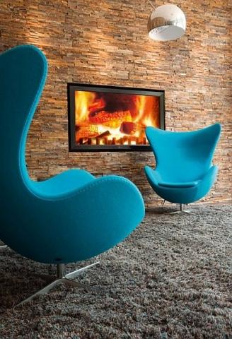 Europa-247.de - Europa Infos & Europa Tipps | Das darf in keinem Motel One fehlen: Die typischen Eggchairs vor dem virtuellen Kaminfeuer