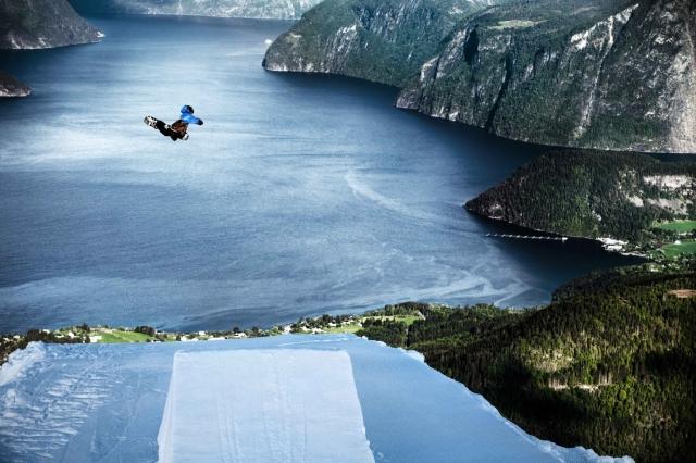 Auto News | Snowboard-Pro Halldor Helgason hebt ab